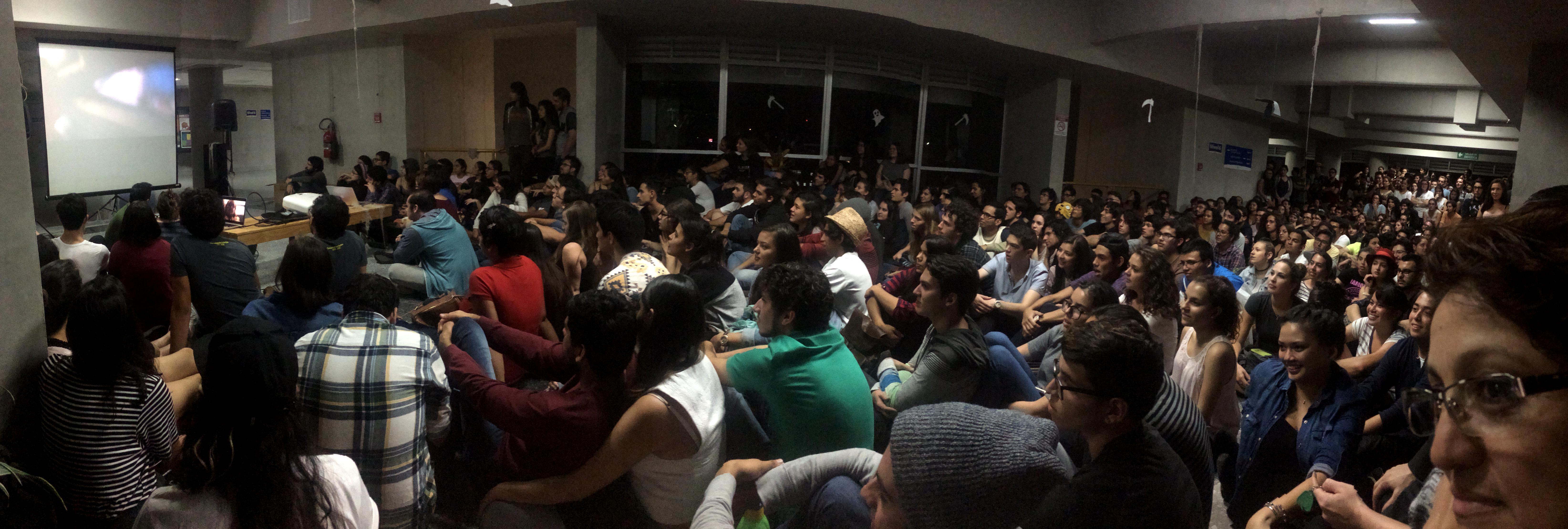 La iniciativa de estudiantes de Comunicación Ultratumba UCR llenó el sexto piso del edificio de Ciencias Sociales la noche del jueves de Semana U. Foto: Carlos Quesada/ECCC.