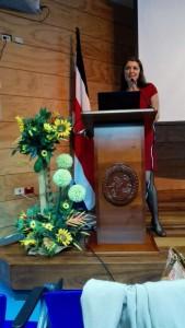 """La directora de la ECCC, Lorna Chacón, agradeció a todas y todos por su trabajo y por """"ponerse la camiseta"""" de la Escuela."""
