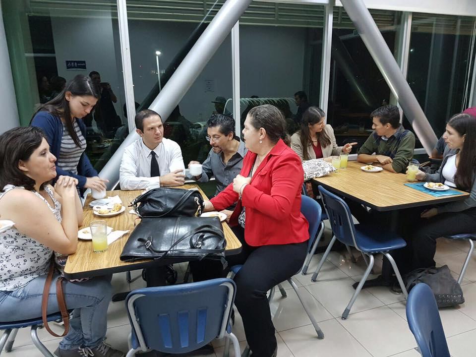 Entre risas y mucha los asistentes departieron en un ambiente cálido en el cual, incluso, se dio el intercambio de recetas navideñas.