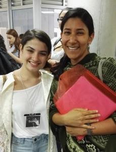 Arlin Montero, estudiante de traslado de carrera, junto a Valeria Vargas, de la Asociación de Estudiantes.
