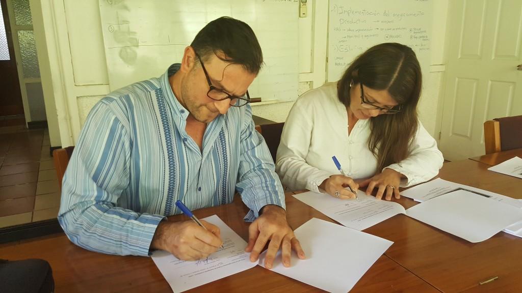 Lorna Chacón, Directora ECCC, y Raffaele Vignola, Coordinador de la Cátedra, en el momento en que firmaban el convenio.