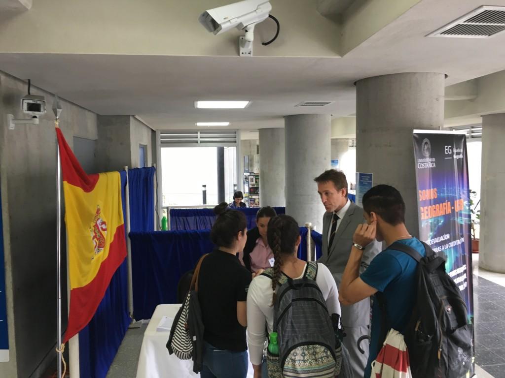 Más de 10 organizaciones participaron en la Feria de Embajadas, ofreciendo información y oportunidades de estudio para los estudiantes